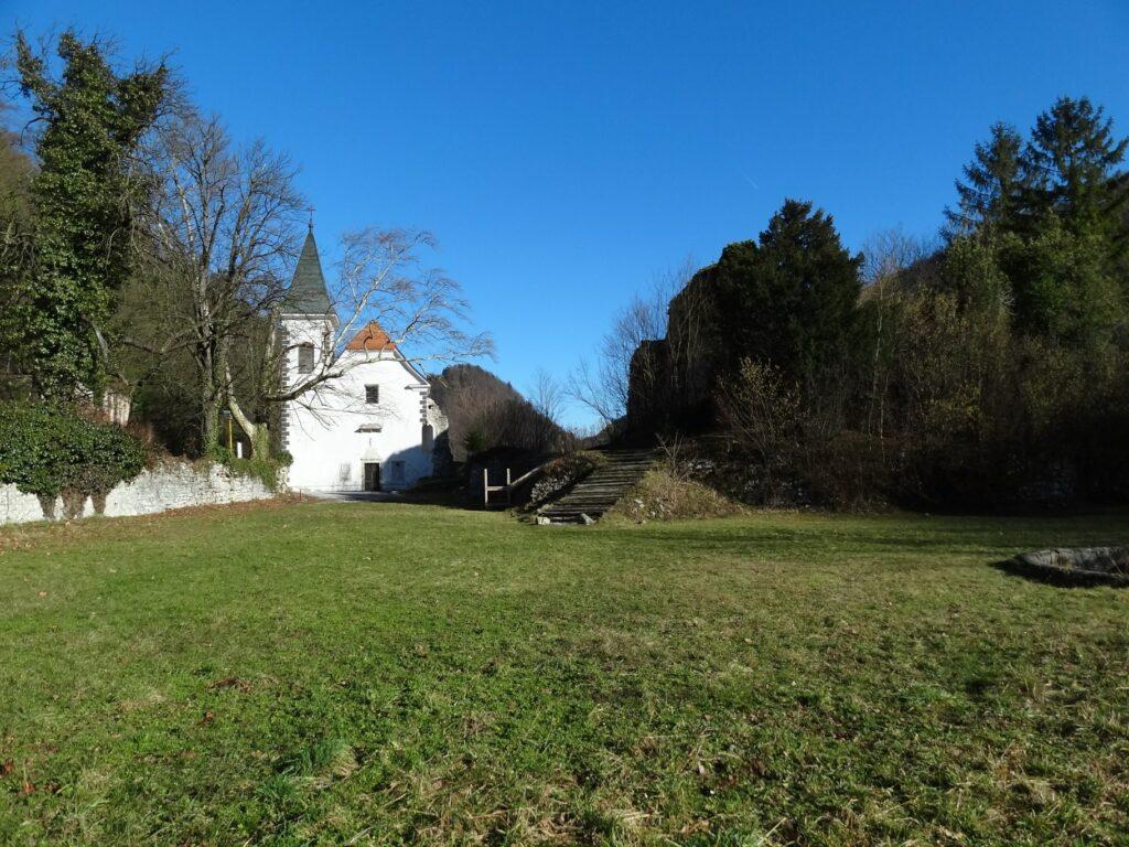 Obnovljena kapela in razvaline Medijskega gradu