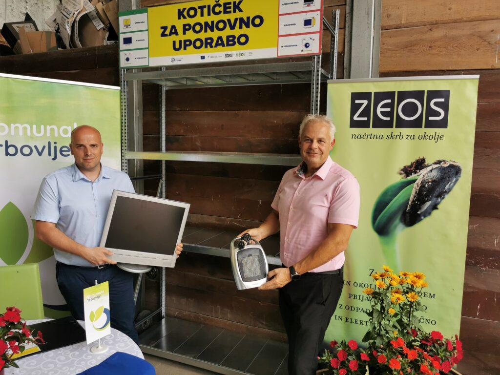 Trbovlje Simbolicna oddaja aparatov v koticek za ponovno uporabo EEO levo direktor Komunale Trbovlje desno direktor ZEOS