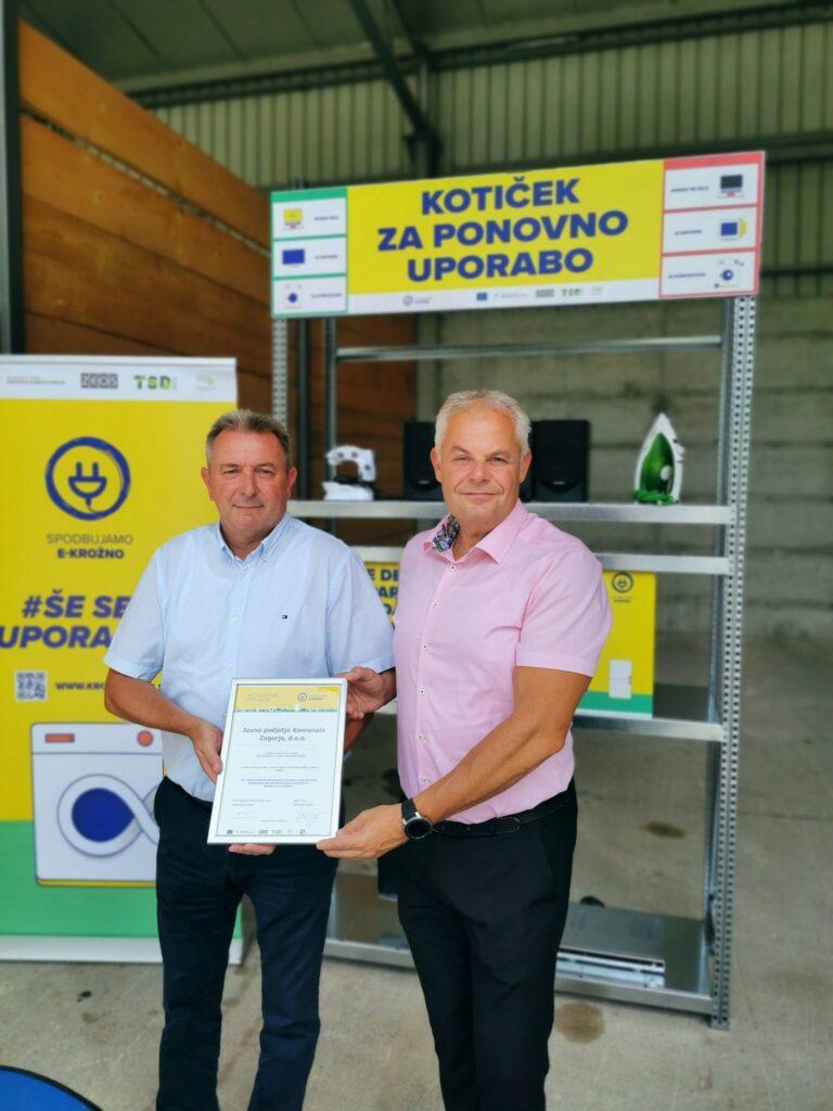 Zagorje Podpisna listina ob predaji koticka ponovne uporabe EEO levo direktor Komunale Zagorje desno direktor ZEOS